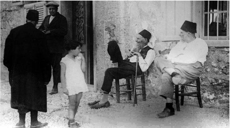 görög férfi két széken úl